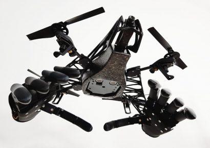 Дрон с механическими руками
